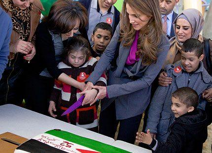 Drottning Rania skar en tårtbit till sin födelsedagskung