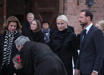 Kronprins Haakon och Mette-Marit på begravning i Oslo