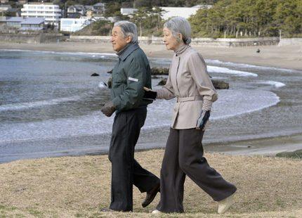 Kejsarparet på promenad arm i arm på stranden