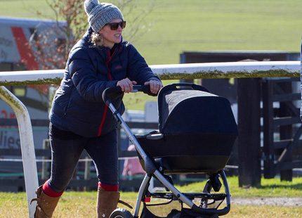 Zara Phillips ute med sin baby