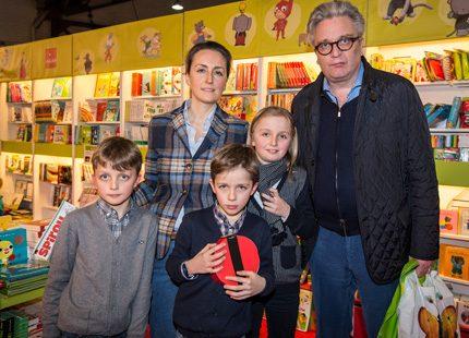 Laurent och Claire på bokmässa med barnen