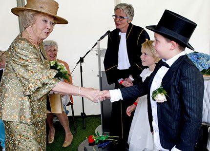 Drottning Beatrix i pusskalas med ledarhundar
