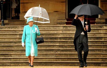Lite regn stoppar väl inte en drottning