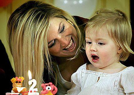 Gull-i-gull och tårta då Ariane fyllde 2 år
