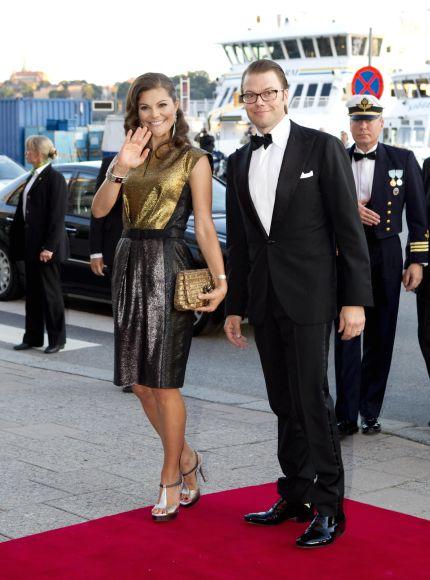 ... fortsatte i Frankrike (jajamen jag luskade reda på att denna klänning  också var just därifrån) och nu senast bar kronprinsessan Escada både i  London 604d734d2b364