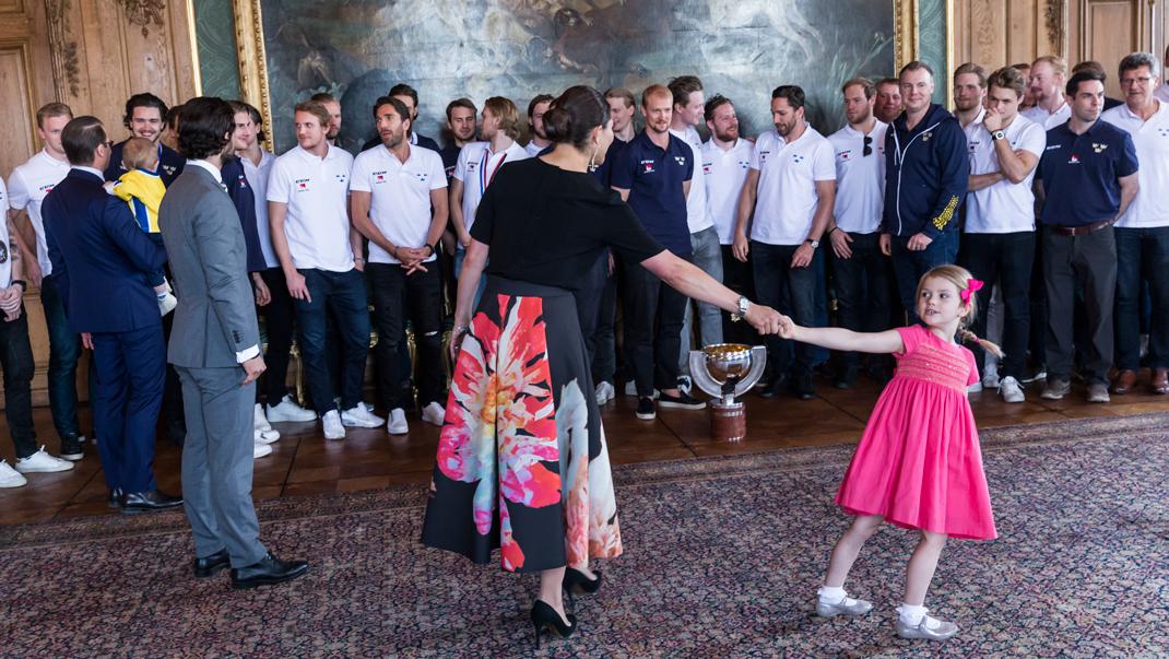 Prinsessan Estelle i samma klänning som kusinen