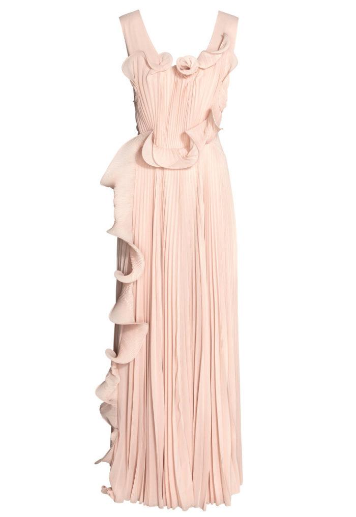 ccb6e1098691 Under fredagens Sverigemiddag bar Victoria en enkel och stilren klänning  från H&M conscious exclusive. En långklänning i plisserad georgette av  återvunnen ...