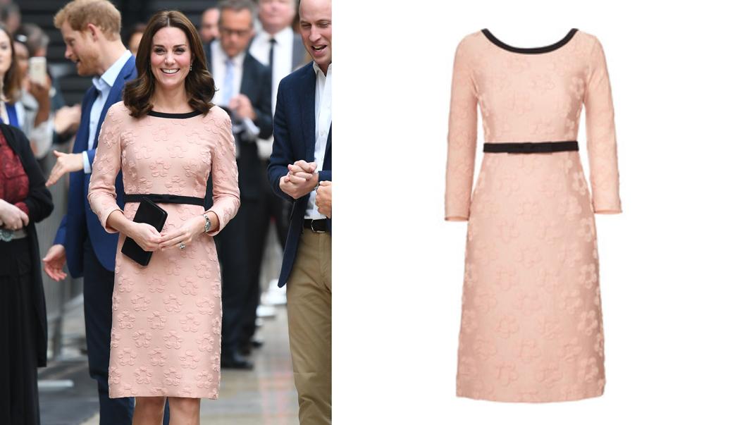 Kate i klänning från Orla Kiely