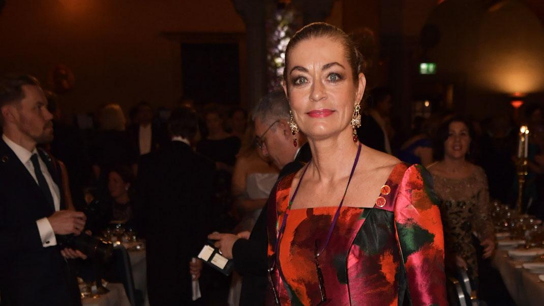 Camilla Thulin i egendesignad klänning