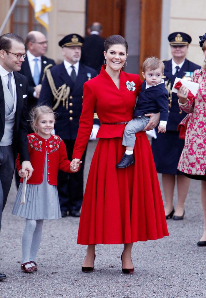 2a36ab9fe15c På plats var ju såklart kusinerna Estelle, 5, och Oscar, 1. Många har  uppmärksammat att prinsessans fina outfit matchade mamma Victorias röda  klänning.