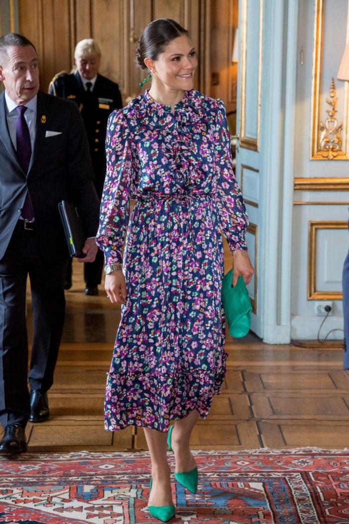 Och även prinsessan Sofia har shoppat på   Other stories. För ett tag sedan  skrev vi om att hon bar denna väska från klädkedjan med vackra stenar på. a3ec6c8ba7d20