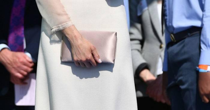 """Meghans väskan heter """"Charlie silk clutch bag""""."""