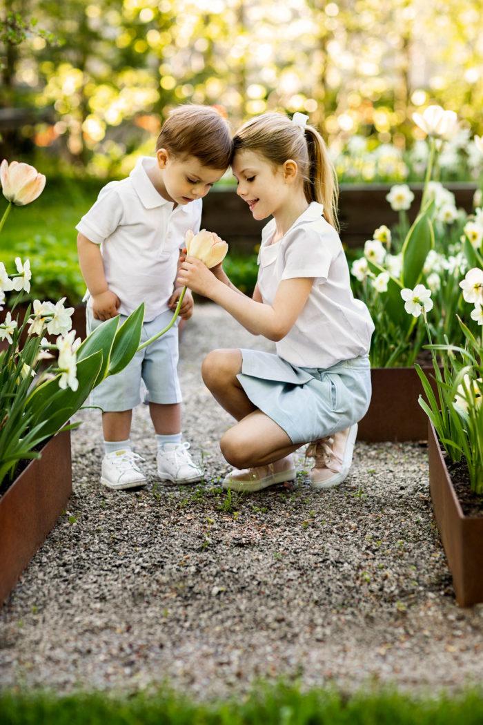 cc09d9272897 Prins Oscar och prinsessan Estelle luktar på blommor.