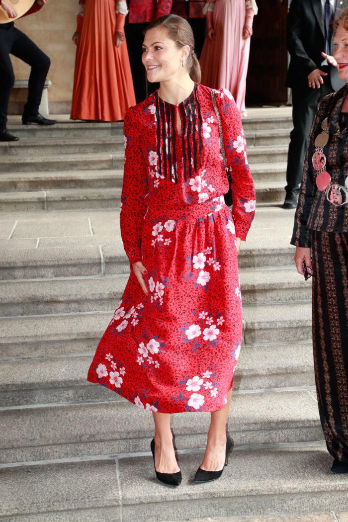 Kronprinsessan Victoria i den nya röda klänningen från märket Zadig    Voltaire. 62e62254d555b