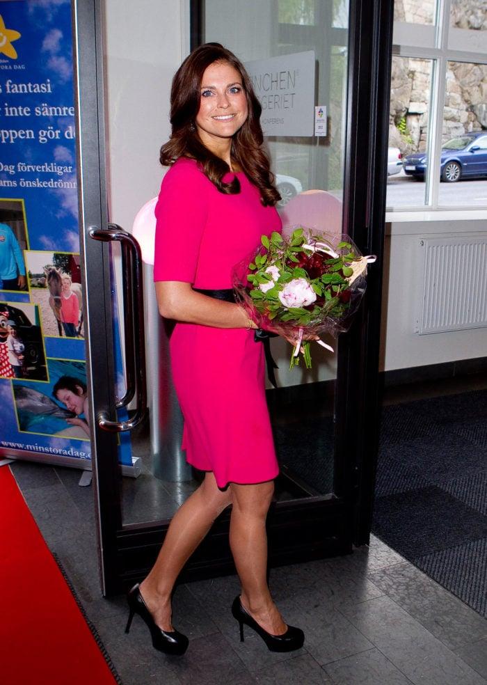 Madeleine i rosa klänning.