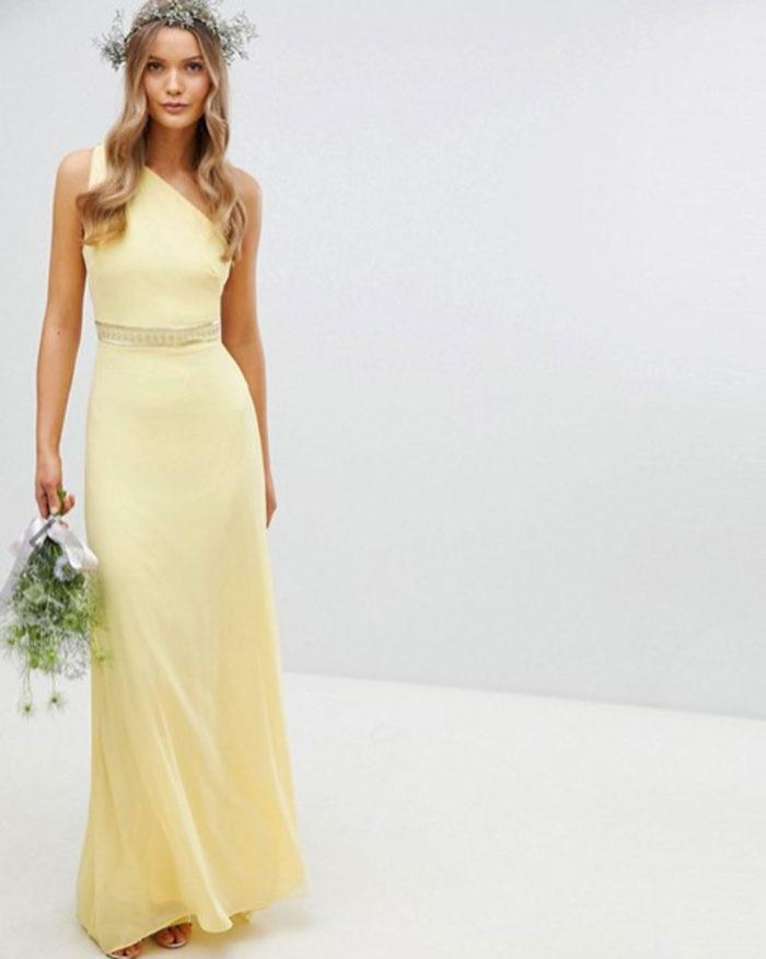 Gul klänning med asymmetrisk ärm.