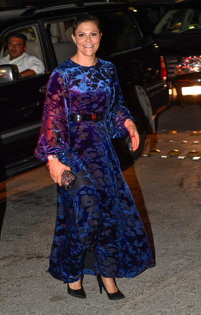 Victoria i blå sammetsklänning. Klänningen som kommer från den nya kungliga  favoriten   Other Stories. c23a7ff5c478b