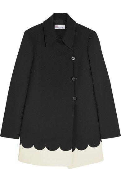 Sofias svarta  kappa med vit kant