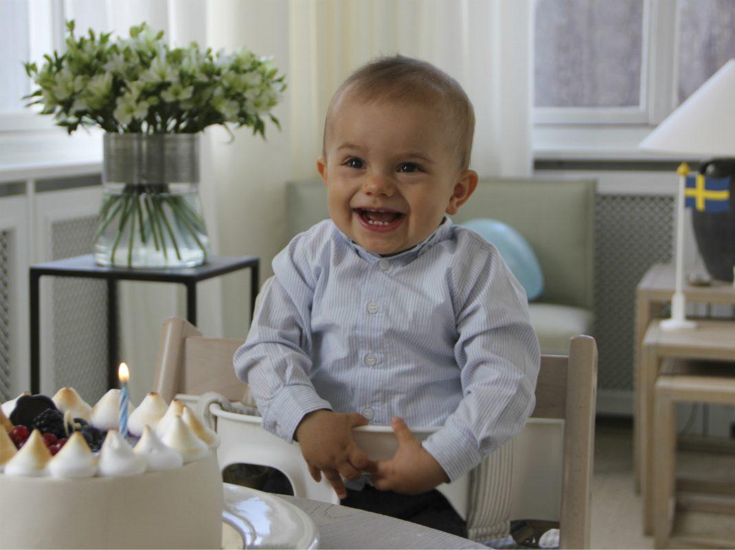 Det bär Oscar på nya födelsedagsbilderna