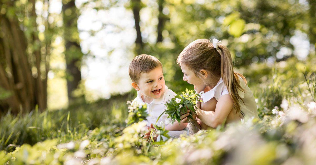 Prins Oscar och prinsessan Estelle plockar vitsippor