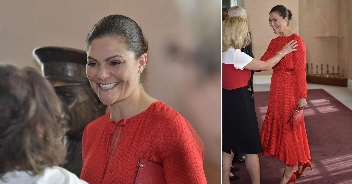 Victoria i röd klänning från & Other Stories!