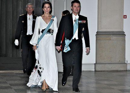 Mary i klänning skapat av Charlotte Lynggaard