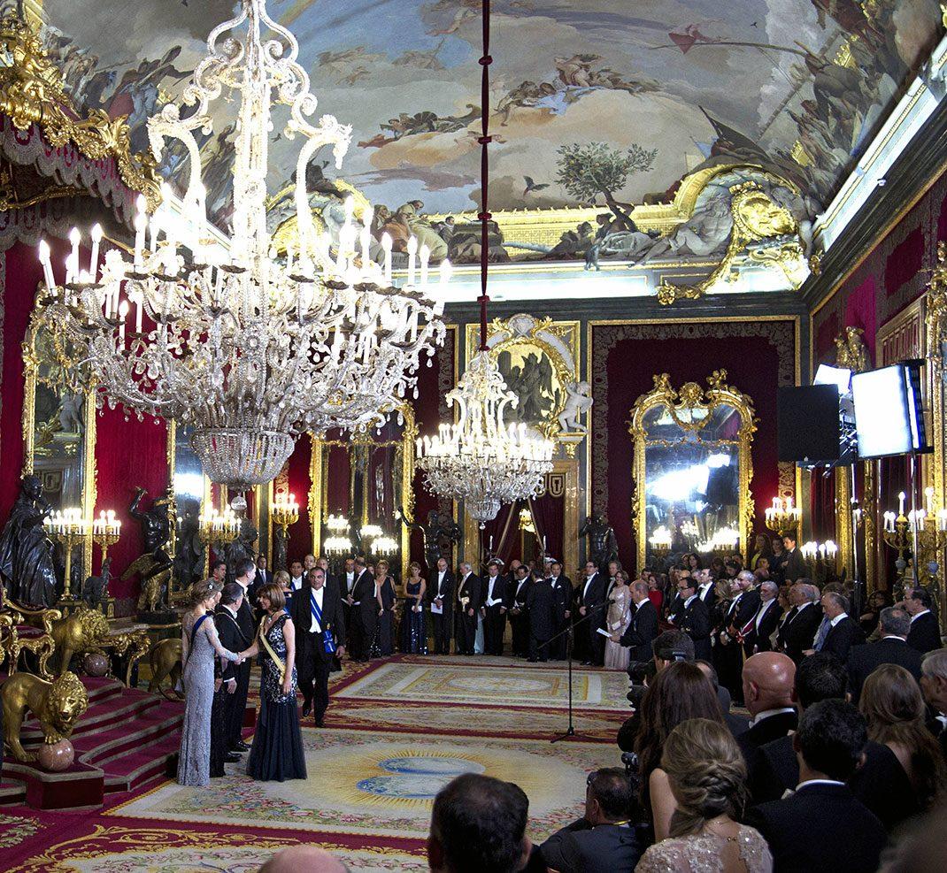 Letizia passar perfekt in i praktfulla palatset