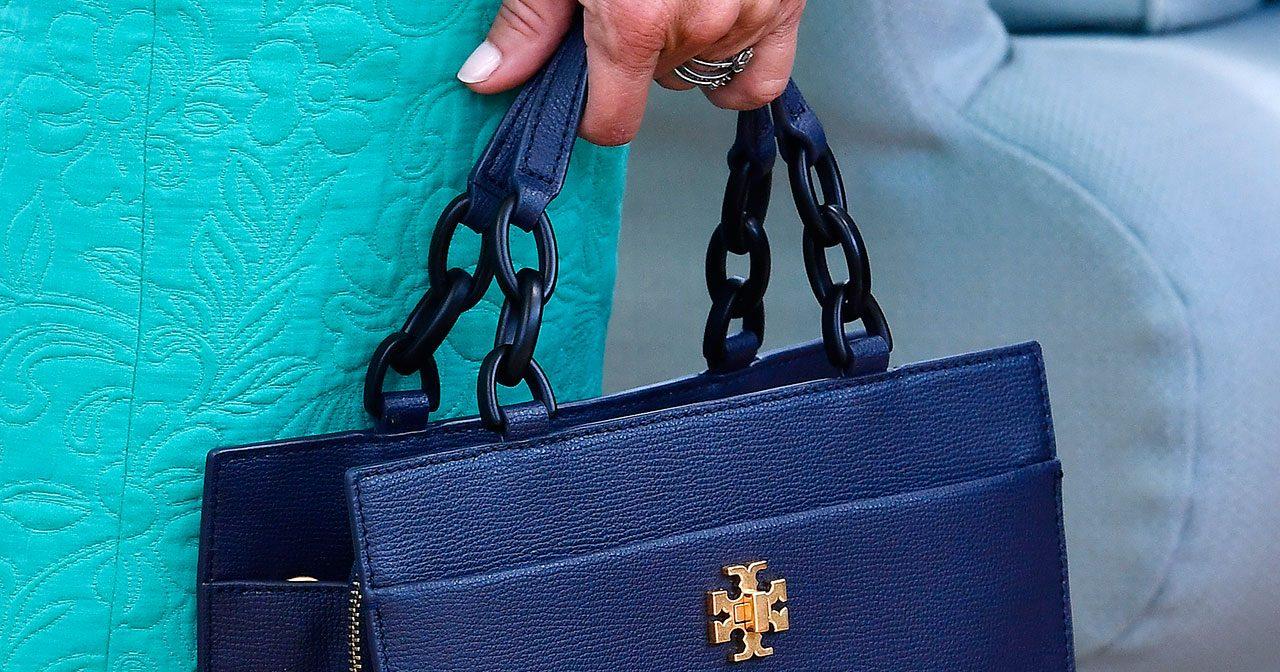 Silvia med väska med kedja